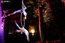 """Выступление воздушных гимнастов на кольце - Свадьба в стиле """"Love Fest """"."""
