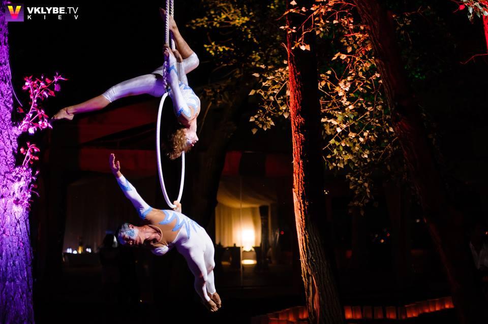 Aerial gymnastics on the hoop act